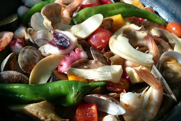 あわび茸と竜王夏野菜の魚介酒蒸し松の司アクアパッツァ